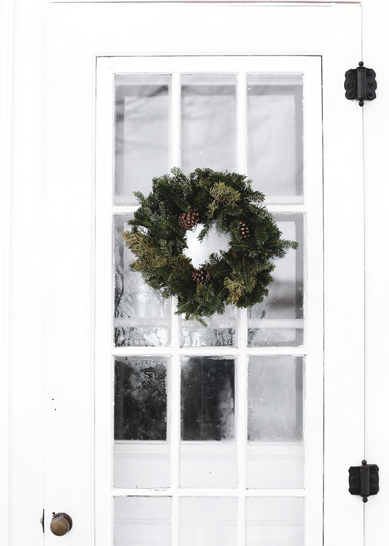 Minimal Outdoor Christmas Decor @themerrythought