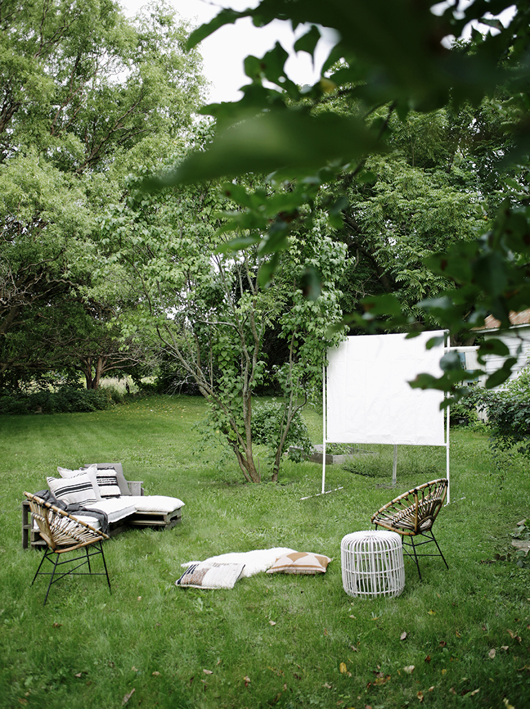 DIY Outdoor Movie Screen @themerrythought