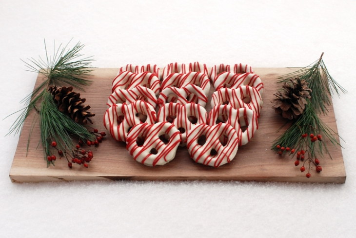 Chocolate Covered Pretzels @themerrythought #christmas #desserts