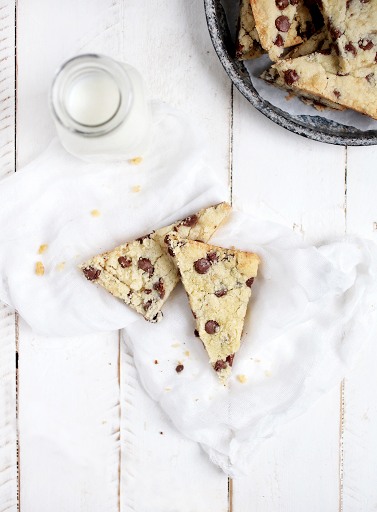 Chocolate Chip Shortbread Bars @themerrythought