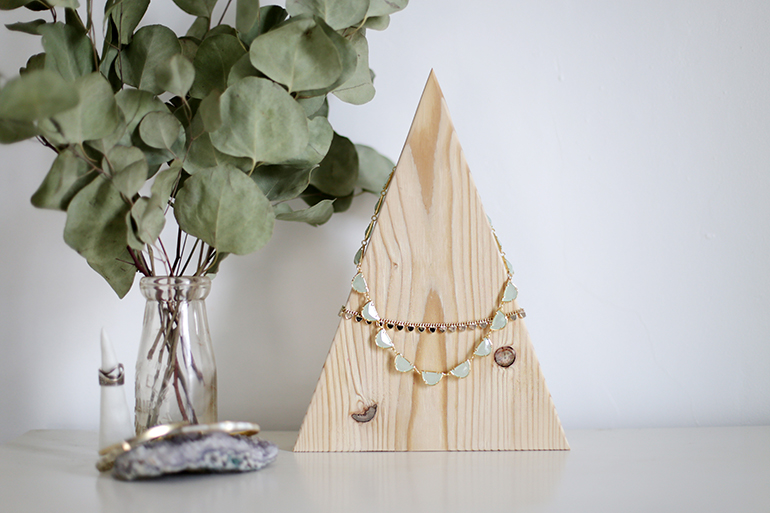 Attractive DIY Mountain Necklace Display @themerrythought #Fossil