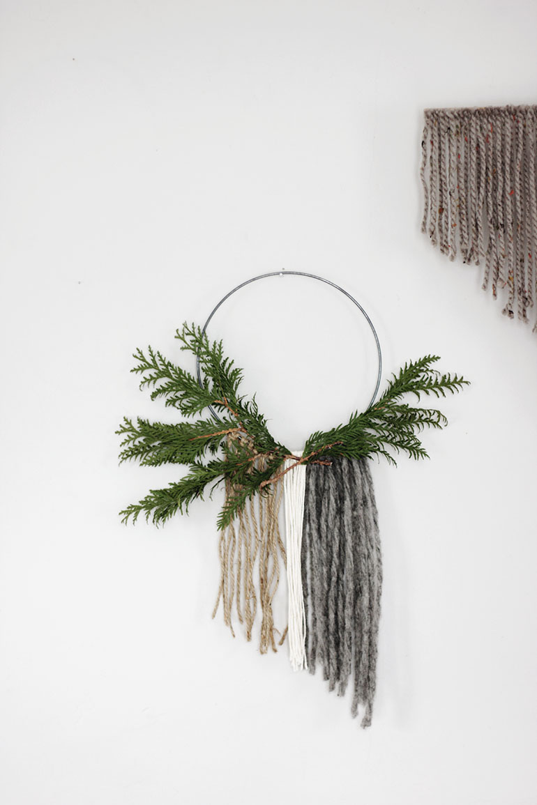 Minimal holiday decor the merrythought for Minimalist xmas decorations