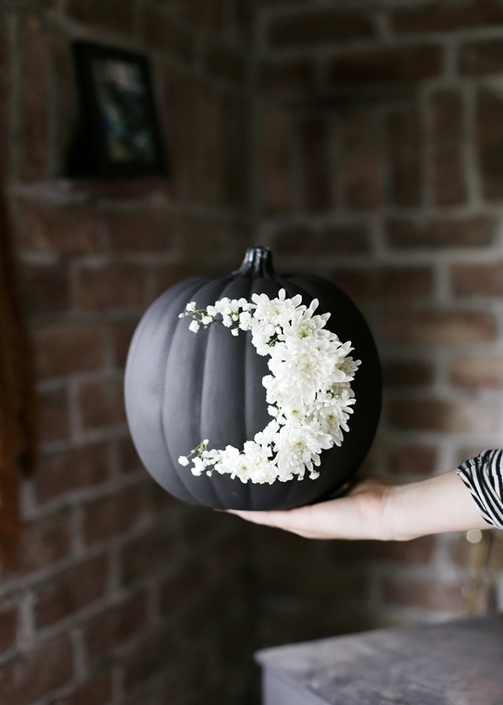 DIY Fresh Floral Moon Pumpkin @themerrythought
