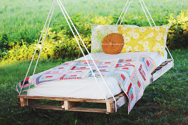 Pallet Patio Swing diy hanging bed. diy suspended bed bedroom beach style with white