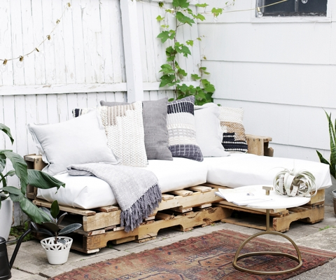 DIY Pallet Couch @themerrythought